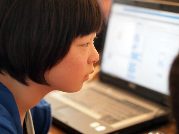 プログラミングに集中する女の子
