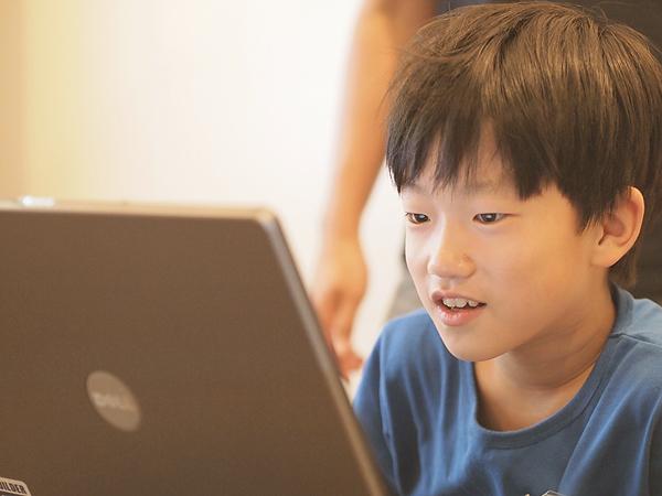 プログラミングをする子