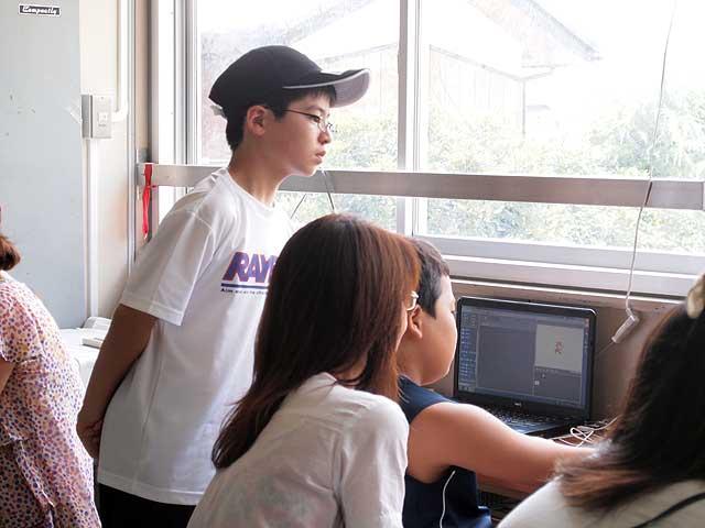 児童の扱うパソコン画面をのぞき込むサポートキッズ